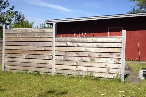 Maling af hegn ved grund
